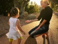 Vứt bỏ vẻ lộng lẫy của một ngôi sao, Chương Tử Di về quê trồng rau, chân đất chơi đùa cùng con gái nhỏ