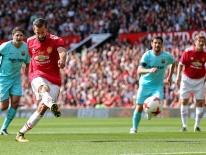 Van Nistelrooy tỏa sáng, huyền thoại MU hạ gục đội ngôi sao Barca