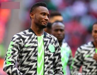 Vừa rời World Cup trong đau đớn, sao Nigeria đã phải bỏ tiền chuộc cha