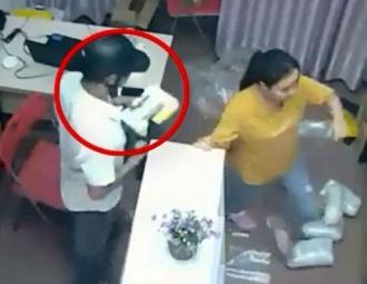 Clip: Đạo chích dùng 'ảo thuật' trộm iPhone ngay trước mặt nữ nhân viên