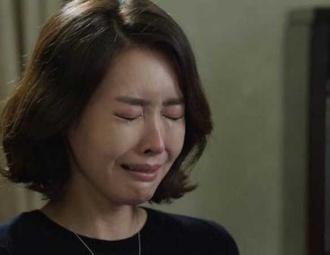 Nửa đêm xuống nhà, tôi bật khóc trước cảnh tượng vợ đang quỳ gối cầu xin osin