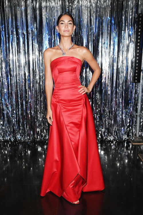 Những mẫu váy đỏ quyến rũ của dàn người đẹp Victoria's Secret - 2