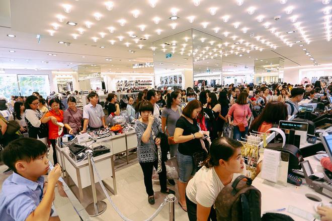 Biển người Hà Nội, Sài Gòn đổ về trung tâm thương mại, khu phố thời trang để săn đồ Black Friday - 30