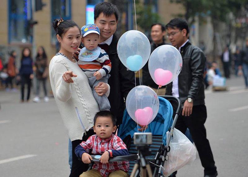 Chùm ảnh: Phố đi bộ hồ Gươm chật kín ngày đầu năm mới, nhiều người xếp hàng dài trước cửa hàng thức ăn nhanh - 7