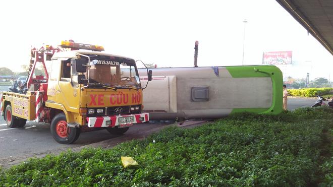 Phá cửa giải cứu gần 10 hành khách la hét thất thanh trong xe khách bị lật ở Sài Gòn - 1