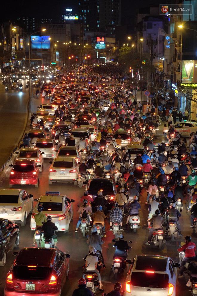 Ùn tắc nghiêm trọng khu vực đường Tây Sơn do hàng nghìn người tràn ra đường dự lễ cầu an ở chùa Phúc Khánh