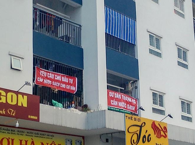 Hà Nội: 9 tòa chung cư tại khu đô thị Thanh Hà treo băng rôn đỏ rực vì hàng nghìn gia đình khốn đốn do nước bẩn - 8