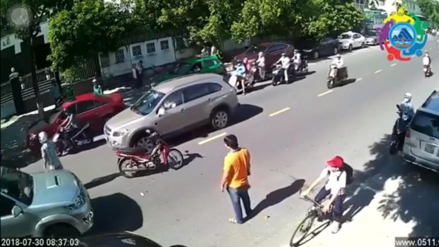Tranh cãi clip nam thanh niên ngoại quốc lao vào xô đẩy em học sinh sau va chạm trên đường phố