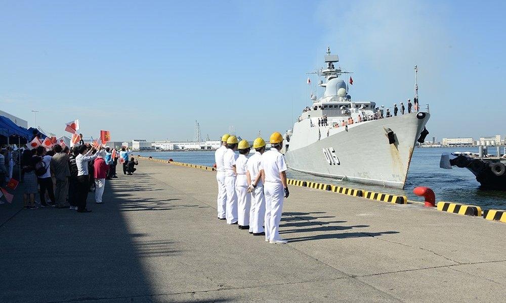 Người Nhật vẫy cờ đón tàu tên lửa Việt Nam vào thăm cảng - 1