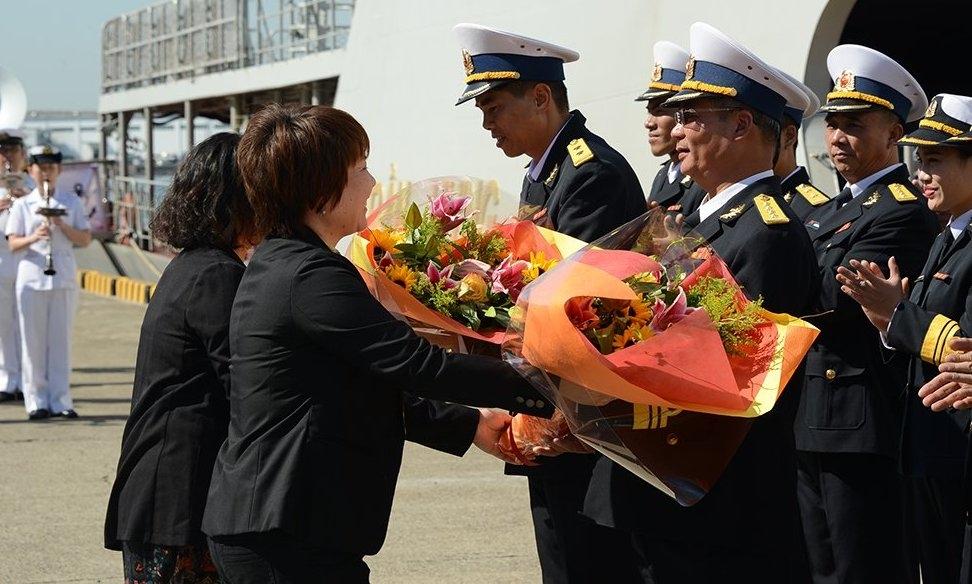 Người Nhật vẫy cờ đón tàu tên lửa Việt Nam vào thăm cảng - 2