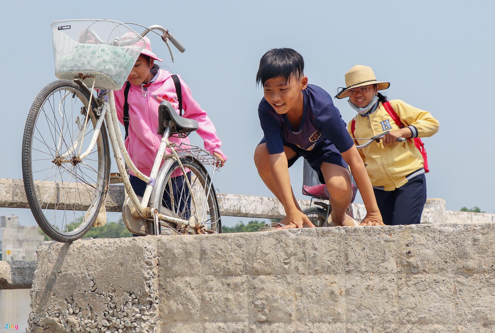 Học sinh liều mình đi qua cầu sắp sập ở Quảng Nam - 5