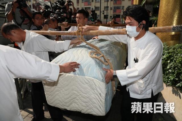Tỷ phú Jack Ma và các nghệ sĩ đưa Kim Dung về nơi an nghỉ cuối cùng - 2
