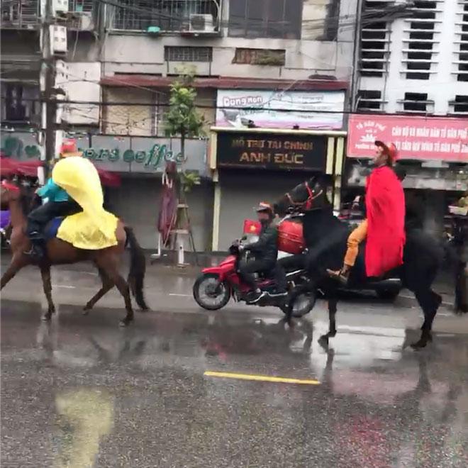 Clip: CĐV Hải Phòng cưỡi ngựa giữa phố để cổ vũ đội tuyển Việt Nam đá chung kết AFF Cup - 1