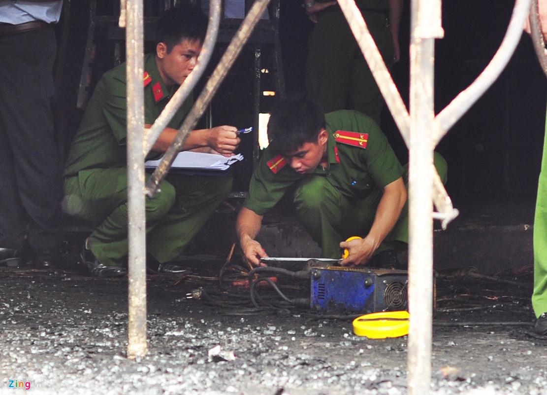 Hàng chục cảnh sát khám nghiệm vụ cháy nhà hàng làm 6 người chết - 6