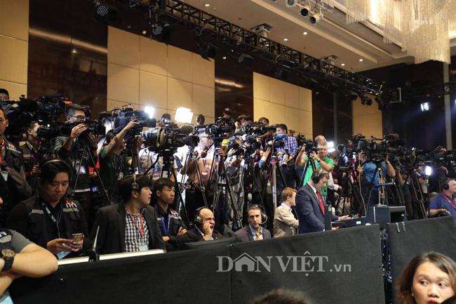 Hình ảnh hàng trăm phóng viên họp báo cùng Tổng thống Donald Trump - 1