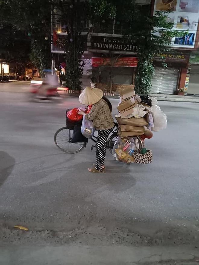 Mẹ bầu vất vả địu con đi nhặt rác kiếm sống và câu nói khiến nhiều người xấu hổ tự nhìn lại - 1