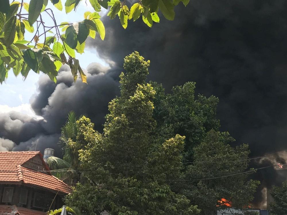 Hiện trường tan hoang bên trong gara 10 ô tô bị thiêu rụi ở Sài Gòn - 1