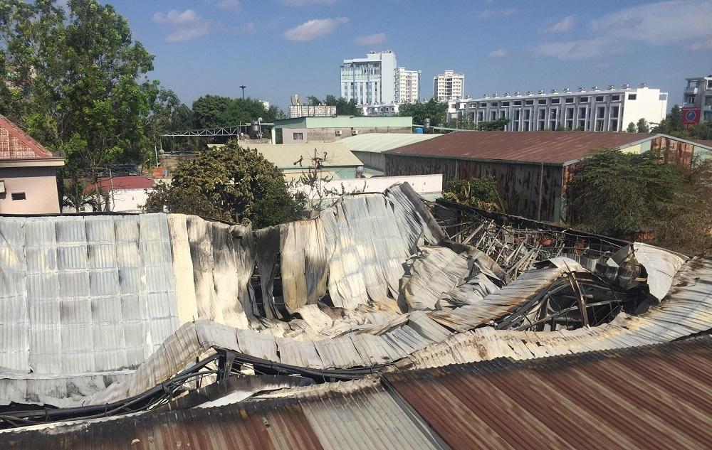 Hiện trường tan hoang bên trong gara 10 ô tô bị thiêu rụi ở Sài Gòn - 9