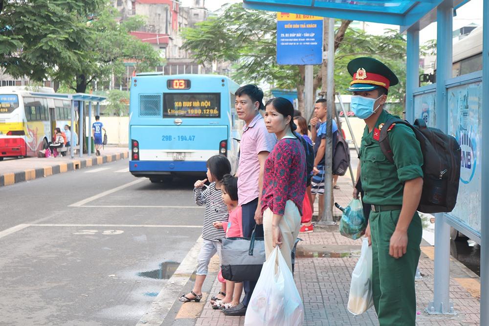 Người dân lỉnh kỉnh đồ đạc trở về Thủ đô sau nghỉ lễ - 15