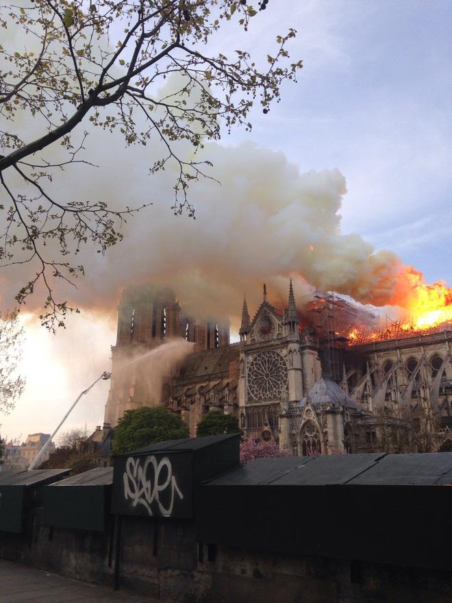 Cháy dữ dội bao phủ Nhà thờ Đức Bà Paris, đỉnh tháp 850 năm tuổi sụp đổ - 6