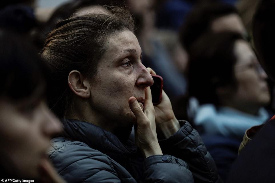 Người dân đau đớn nhìn ngọn lửa dữ dội trước mắt: 'Paris mà không có Nhà thờ Đức Bà thì không còn là Paris nữa' - 5