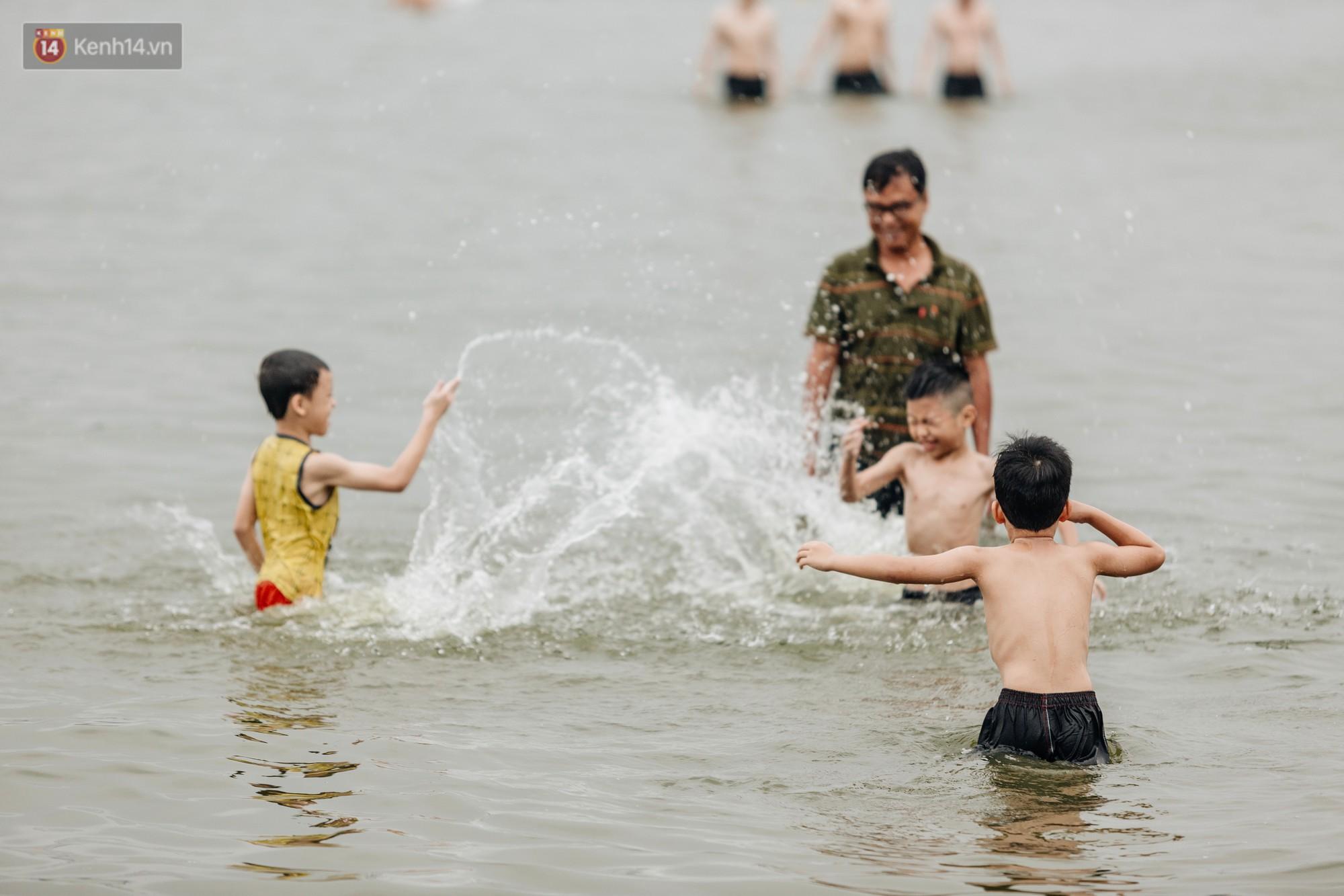 Hà Nội oi nóng ngộp thở, nhiều người mang theo cả thú cưng ra Hồ Tây tắm bất chấp biển cấm - 9