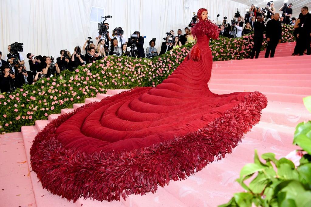 Váy 'trứng rán' của Rihana năm nào bất ngờ tìm thấy 'người anh em' tại Met Gala 2019 - 1