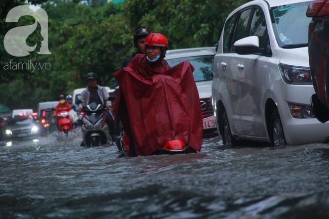 Khu nhà cao cấp Thảo Điền ngập như sông, người lớn hì hục đẩy xe chết máy, trẻ nhỏ ướt sũng sau giờ tan học - 4