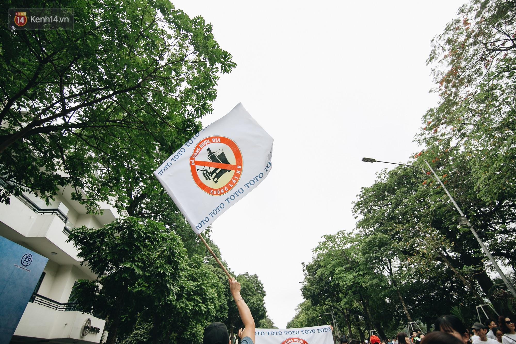 Chùm ảnh: 8.000 người mang logo 'Đã uống rượu bia - Không lái xe' cùng tuần hành trên phố đi bộ Hồ Gươm - 15