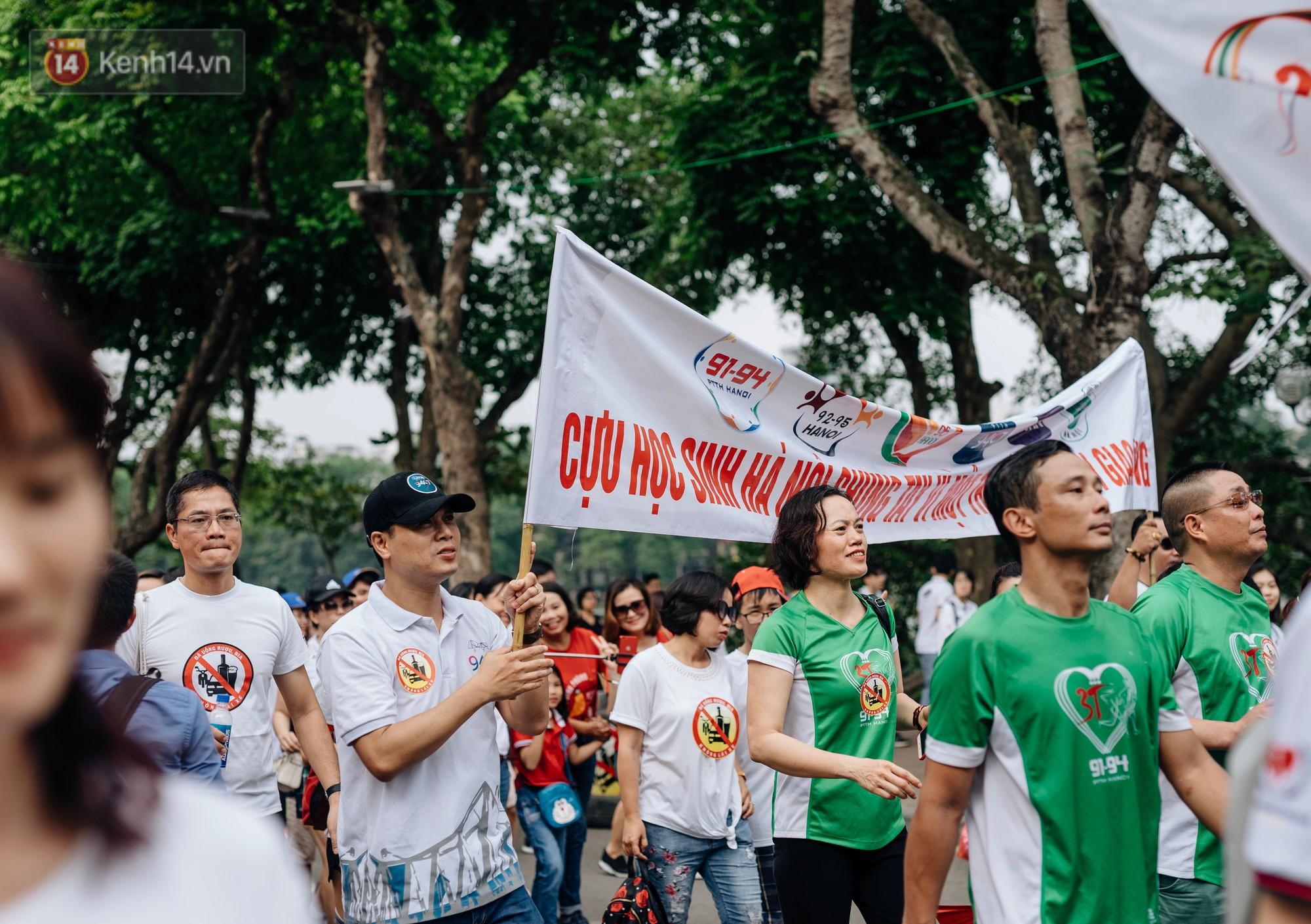 Chùm ảnh: 8.000 người mang logo 'Đã uống rượu bia - Không lái xe' cùng tuần hành trên phố đi bộ Hồ Gươm - 6