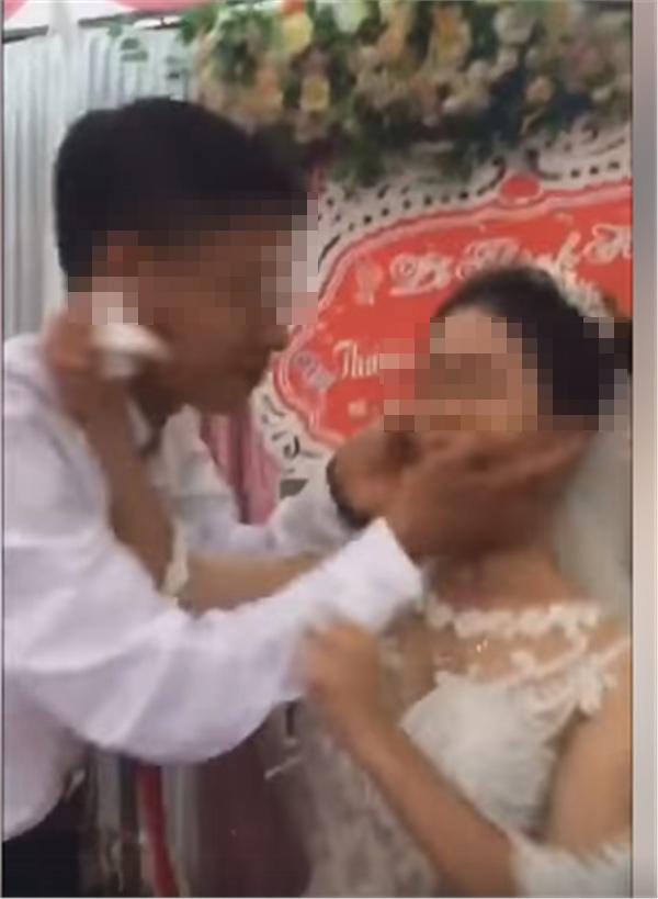LỊCH SỬ LẶP LẠI: Dân tình đau đầu đoán nguyên nhân cô dâu mặt nặng mày nhẹ, phũ phàng đẩy chú rể khi bị hôn