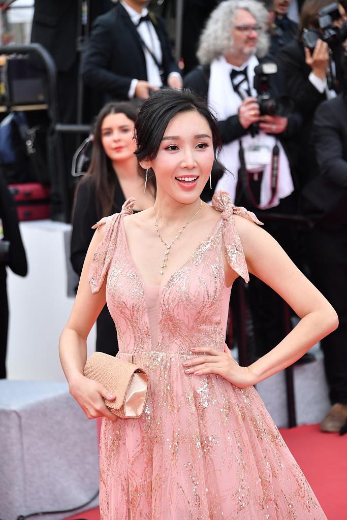 Choáng với hàng loạt gương mặt vô danh của Cbiz khoe ngực ngồn ngộn, ăn mặc lố lăng ngay ngày đầu Cannes - 12