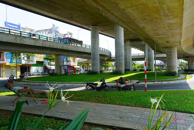 Nắng gắt hơn 40 độ, dân Đà Nẵng chui gầm cầu ăn ngủ - 14