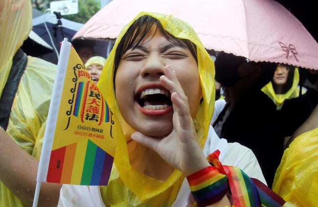 Chùm ảnh: Hàng trăm người vỡ òa cảm xúc khi Đài Loan hợp pháp hóa hôn nhân đồng giới, một lần nữa tình yêu lại giành chiến thắng - 12