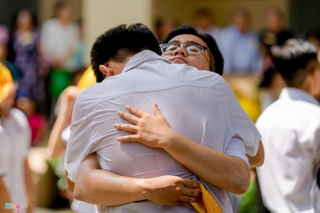 Học sinh Lê Hồng Phong khóc nức nở trong ngày chia tay tuổi học trò - 10
