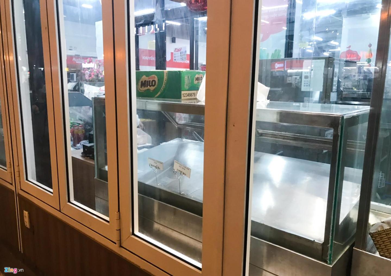 Video ảnh: Chen lấn 'vét' hàng giảm giá 50% trước ngày Auchan đóng cửa - 6