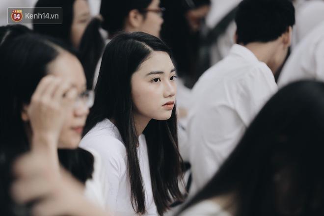 Đặc sản mùa bế giảng: Con gái Hà Nội chỉ cần diện áo dài trắng thôi là xinh hết phần người khác rồi! - 1