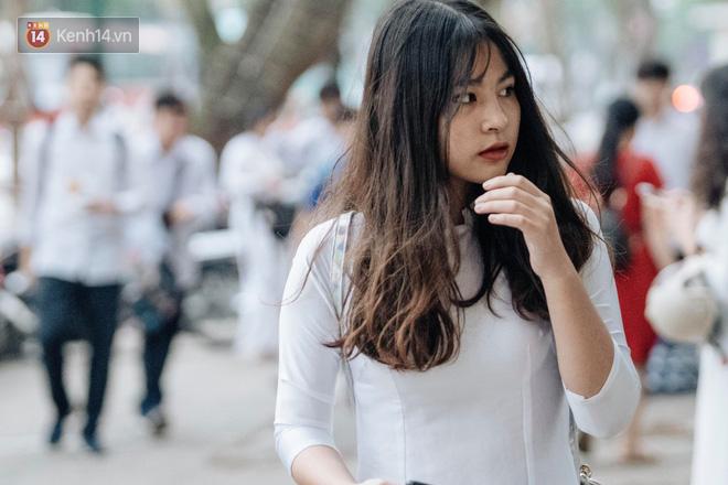 Đặc sản mùa bế giảng: Con gái Hà Nội chỉ cần diện áo dài trắng thôi là xinh hết phần người khác rồi! - 22