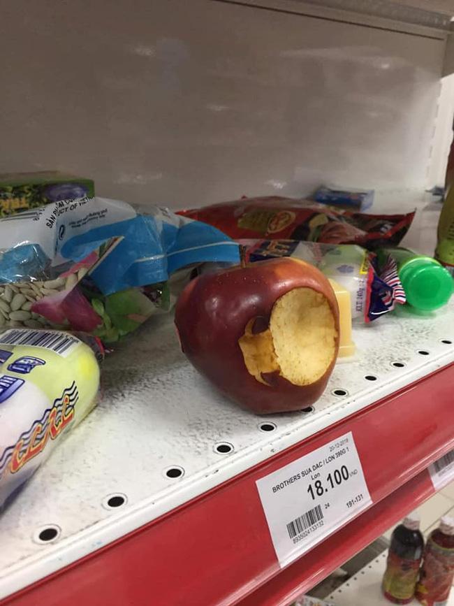 Siêu thị đại hạ giá, người dân chen nhau mua sắm, uống nước, cắn dở cả trái cây rồi bỏ lại tại quầy - 6