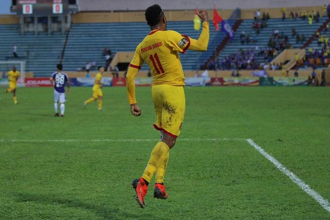 Bùi Tiến Dũng 2 lần bị đánh bại bởi siêu phẩm, Hà Nội nhận trận thua sốc trên sân Nam Định - 2