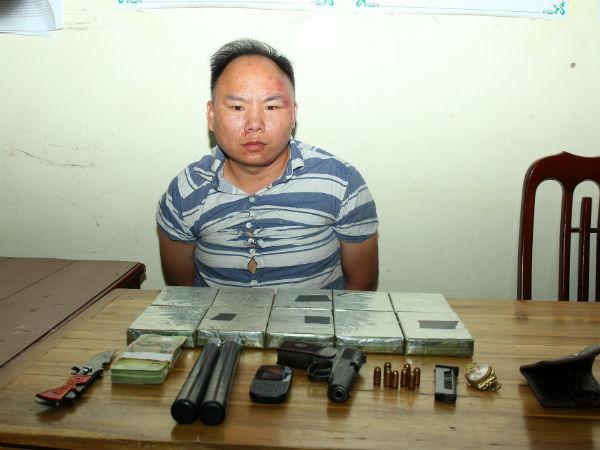 Bắt 'ông trùm' mang theo súng vận chuyển 10 bánh heroin từ Sơn La vào TP HCM
