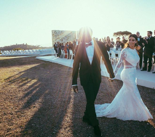 Vợ chồng Kim Kardashian tung ảnh kỷ niệm 5 năm ngày cưới - 2