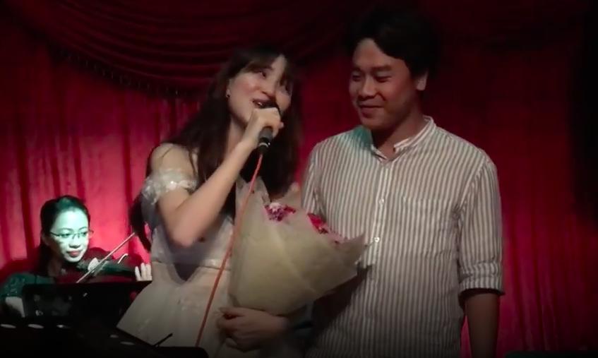Hòa Minzy bất ngờ bị chỉ trích làm lố khi vừa hát, vừa quỳ gối cầu hôn bạn trai thiếu gia giữa đông người - 1