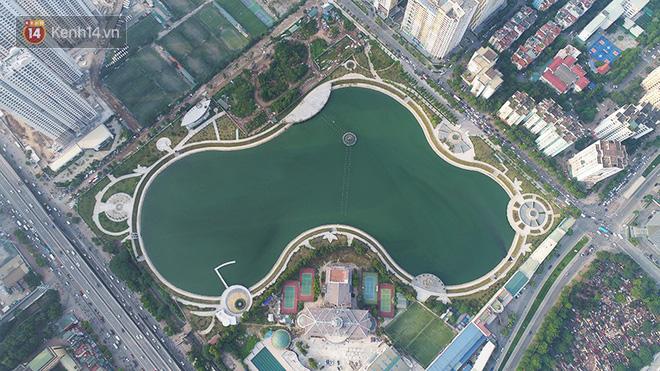 Chùm ảnh: Cỏ dại, bèo tây phủ kín khiến công viên nước 300 tỷ ở Hà Nội như một 'đầm lầy'