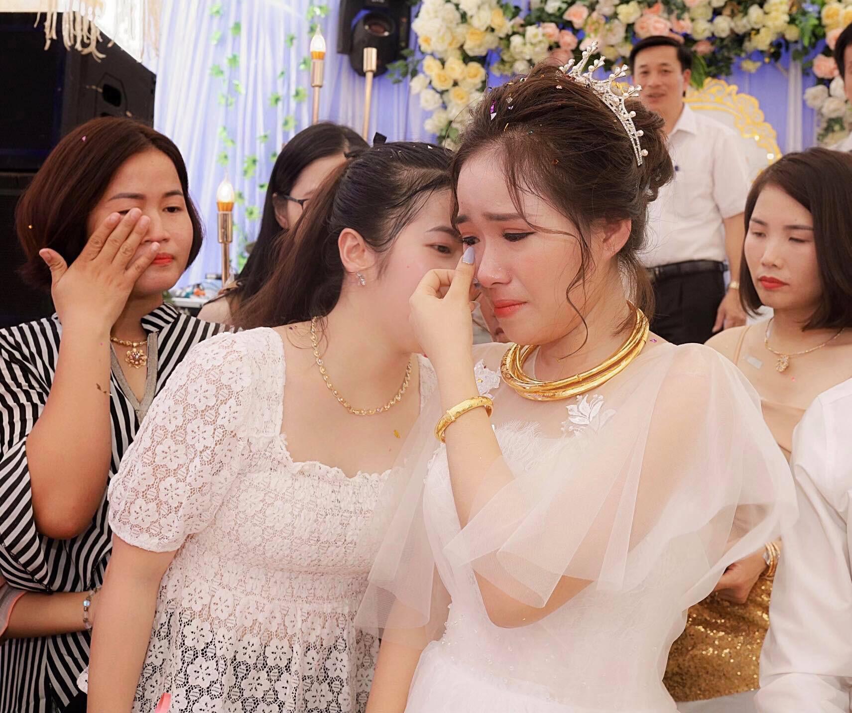 Xúc động hình ảnh cô dâu Nghệ An khóc nức nở, ôm chặt người thân trong ngày về nhà chồng - 1