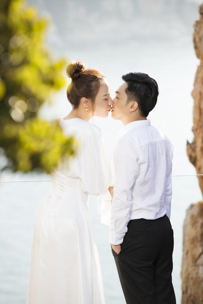 Cường Đôla hôn vợ say đắm trong loạt ảnh cưới mới, bé Subeo thân thiết nắm tay mẹ kế - 14