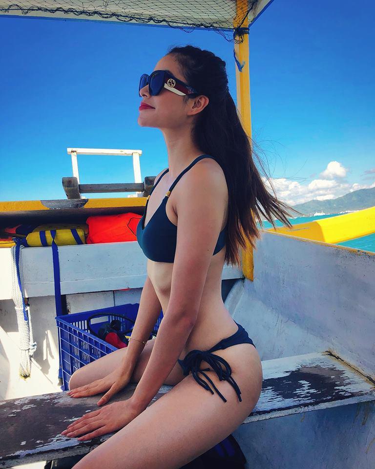 Hoa hậu Phạm Hương diện bikini khoe eo con kiến sau tin sinh con tại Mỹ, nhưng vòng 1 'bên đầy bên vơi' lại gây chú ý - 1