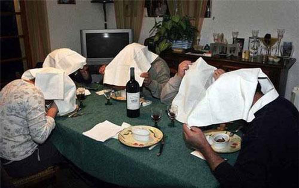 Vì sao khi ăn họa mi nướng, người Pháp phải trùm đầu bằng chiếc khăn trắng? - 1