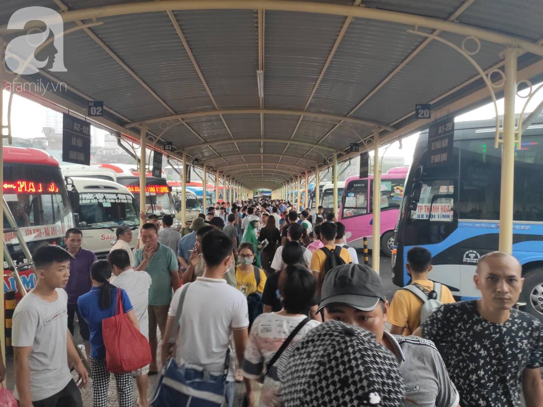 Hà Nội trời mưa tầm tã, người Sài Gòn chen chúc nhau trên đường về quê nghỉ lễ 2/9 - 24