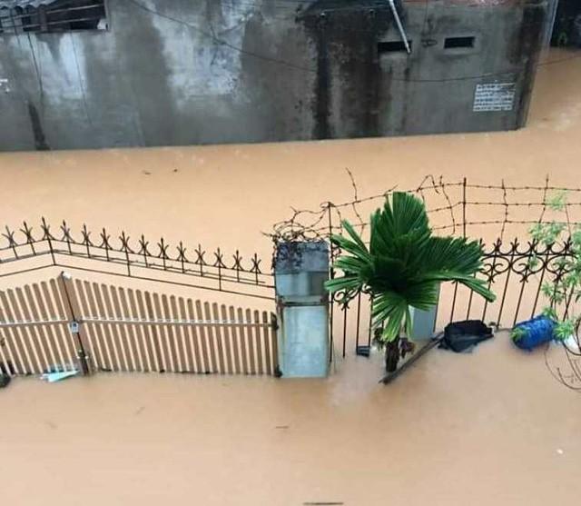 Sáng ngày 10/9, rất nhiều người đang sinh sống tại TP Thái Nguyên - tỉnh Thái Nguyên đã chia sẻ những hình ảnh về tình trạng ngập nặng sau cơn mưa to đêm ngày 9/9.